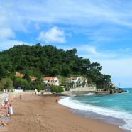 Slnečný Petrovac s príjemnými plážami